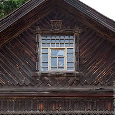 Чердачное окно деревянного дома в Юрьевце - http://nalichniki.com/cherdachnoe-okno-derevyannogo-doma-v-yurevce/