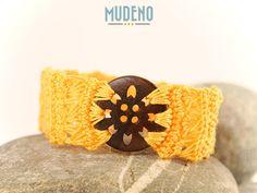 Häkelschmuck, cochet jewelry, gehäkeltes Armband / Armschmuck gelb mit Knopf aus Holz...