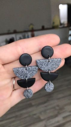 Diy Earrings Polymer Clay, Polymer Clay Charms, Handmade Polymer Clay, Leather Jewelry, Resin Jewelry, Jewelry Crafts, Jewellery, Biscuit, Clay Design