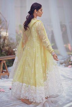 Stylish Dresses For Girls, Stylish Dress Designs, Frocks For Girls, Designs For Dresses, Girls Dresses, Prom Dresses, Simple Pakistani Dresses, Pakistani Wedding Outfits, Pakistani Dress Design