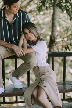 Kryz Uy and Slater Young Look So In-Love in Their Chill Engagement Shoot! Pre Nup Photoshoot, Couple Photoshoot Poses, Pre Wedding Photoshoot, Couple Posing, Pre Wedding Poses, Wedding Couple Poses Photography, Engagement Photo Poses, Engagement Shoots, Engagement Pictures