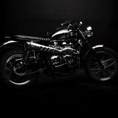 S T Y L E C L U B  #goodnight  @south_garage_motorcycle  #style #club #triumphmotorcycles #bombshell #black #night #nightlife #triumph #caferacer #custom #retro #vintage #italy #moto #blogger #ridersmag #instalike #instagood #instamotogallery #twowheelsforever #gentlemansride #bonneville #born #bonnevillereborn #biker_life_#LTmoto