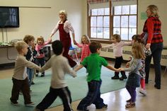 great tips for music and movement activities! -- Perfect for myself and to share with other instructors! Kindergarten Music, Preschool Music, Preschool Classroom, Teaching Music, Singing Lessons, Music Lessons, Singing Tips, Singing Games, Movement Activities