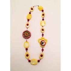 Collana rossa e gialla con ruota del carretto siciliano e anfora in ceramica di Caltagirone