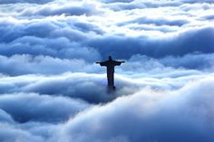 "Video with 360º view over blanket of clouds covering Rio on 28/Feb/12 - ""From the top of Sumaré hills, more than 700 m above sea level, reader Marcos Estrella recorded the statue of Christ, the Redeemer, amid heavy fog at sunrise this Tuesday"". Video: Marcos Estrella / Eu-repórter / O Globo. CLICK ON THE LINK TO WATCH THE VIDEO."