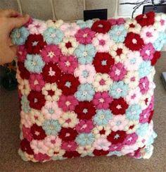 подушка из вязаных цветов
