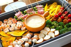 http://macaro-ni.jp/21064 tropical snack plate with fruit, fish, meats