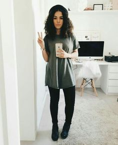 Create this look with a t-shirt dress paired with leggings or black skinny jeans. Black Girl Fashion, Look Fashion, Fashion 2017, Fashion Outfits, Womens Fashion, Chic Minimalista, Moda Minimal, Basic Style, My Style