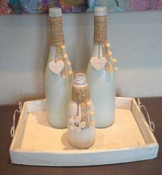 Gemaakt van oude flessen. De flessen opgespoten met verfspuit de versiering en verfspuit gehaald bij de action.