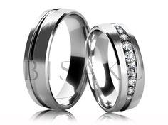 4577 Snubní prsteny z bílého zlata, v saténově matném provedení, jejichž prostřední část je zdobena lesklou diagonálně vedenou drážkou, která se postupně rozšiřuje a zužuje po celém obvodu prstenů. Dámský prsten je zdoben řadou kamenů, z nichž prostřední je největší a okolní se postupně zmenšují. #bisaku #wedding #rings #engagement #svatba #snubni  #prsteny