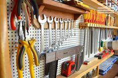 Olá amigos Empoeirados! Hoje vamos mostrar para vocês como fazer um quadro de ferramentas com madeira pinus e eucatex perfurada (ou peg-board) - parecido com aquele que fizemos no vídeo: O processo é praticamente o mesmo. Esse quadro ele é um pouco diferente, tem uma divisória abaixo, a fixação é de outra forma, enfim, um…