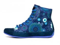 After showing the same brand new collection of clothing and that of bags, there are the beloved footwear. Ethno – chic, flower power and color, these are the keywords of the collection Desigual shoes 2015 fall winter!