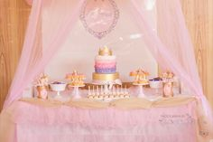 Una mesa preciosa para una fiesta princesa - me encanta la cortina de tul! / A lovely table for a princess party - love the tulle curtain!
