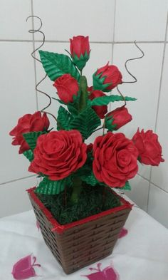 Vaso de rosas vermelhas de eva Nylon Flowers, Diy Flowers, Crochet Flowers, Paper Flowers, Diy Crafts Videos, Diy And Crafts, Vase Arrangements, Pretty Roses, Flower Crafts
