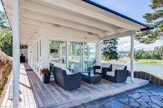 Luonnonkauniilla niemellä valkoinen Lammi kivitalo, design unelma, laadukkaaseen ympärivuotiseen asumiseen. Arkkitehti Iiro Mikkolan piirtämä modernin arkkitehtuurin helmi. Talossa yhdistyvät italiala My Dream, Beach House, Cottage, Summer Houses, Koti, Outdoor Decor, Inspiration, Interiors, Dreams