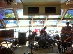 本日はSchroeder-Headz@グリーンルームフェス。船の上でリハーサル中! 出番は13:30〜 17:30〜 遊び来てね!