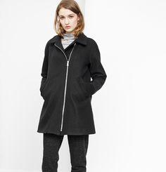 Manteau Rachel Marilyne Baril 499.00 $  Le manteau Rachel a des manches raglan, une fermeture à glissière sur le côté, des poches en cuir et du tricot côtelé aux poignets. Son tissu en melton est fabriqué au Québec.  80% laine 20% nylon Doublure imprimée Créé et fabriqué à Montréal