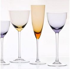 Cristalería de 18 piezas en cristal de Sèvres fabricada a mano en diferentes colores compuesta por: 6 copas de agua, 6 copas de vino y 6 copas de champagne. Disponible en 6 colores diferentes: azul, verde, ámbar, violeta, rosa y amarillo.