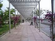 Pergola: elemento que consta de un corredor flanqueado por columnas que soportan vigas longitudinales que unen las columnas de cada lado, y otras transversales que unen ambos lados y sujetan un enrejado abierto.