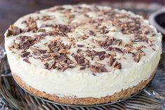 Det skal godt gjøres åikke like denne deilige friske iskaken med masse smak av Daim. Lag gjerne sterk kaffe til somihvertfalljeg synes er det perfekte tilbehøret til denne kaken. Her har dere min mors oppskrift på denne godbiten.
