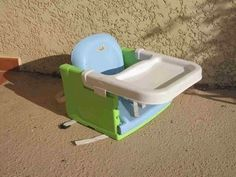 Location Rehausseur de chaise à Trélazé (49800). Rehausseur de chaise avec tablette. ( peut etre enlevée) Siege reglable en 3 hauteurs. Pliable pour un encombrement minimum!