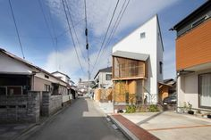 Completed in 2017 in Wakabayashi Ward, Japan. Images by Studio Monorisu. This private house is located in densely low-built residential area of Sendai. Rebuilt old houses are scattered therefore old and new houses are. Sendai, Miyagi, Dream Home Design, House Design, House Of The Rising Sun, Architecture Office, Japanese House, Facade House, Old Houses