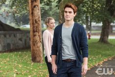 """Riverdale -- """"Chapter Four: The Last Picture Show"""" -- Image Number: -- Pictured (L-R): Lili Reinhart as Betty Cooper and KJ Apa as Archie Andrews -- Photo: Dean Buscher /The CW -- © 2017 The CW Network. All Rights Reservedpn Lili Reinhart, Soft Grunge, Grunge Style, Grunge Outfits, Betty & Veronica, High School Fashion, 90s Fashion, Hip Hop, Tommy Hilfiger"""