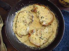 Costeletas com molho béchamel Pork Chop Recipes, Sauce Recipes, Pork Chop Sauce, Portuguese Recipes, Portuguese Food, Filipino Recipes, Good Food, Yummy Food, Pork Chops