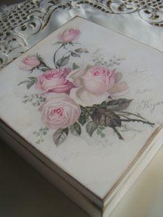Drewniane pudełko, ręcznie malowane i zdobione.