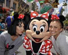 Hayden Panettiere and Katy Perry pose with Minnie Mouse at Disney's Hollywood Studios in Florida Walt Disney, Disney Love, Disney Magic, Disney Vacation Club, Disney Vacations, Illuminati, Disneyland, Katy Perry Fotos, Katy Perry Pictures