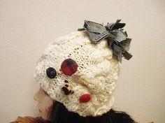 ★素材は帽子はウール70%アクリル30%です。★色はオフ・ホワイトで、太いのと細いのが混じっているかわいい毛糸です。★ポンポンはデニムで作りました。★くるみボ...|ハンドメイド、手作り、手仕事品の通販・販売・購入ならCreema。