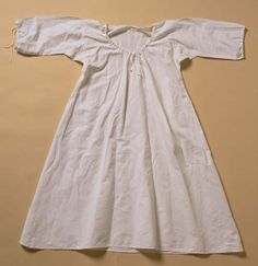 Shift: Undermost garment worn by children and women. Made from various qualities of white linen, it had either a drawstring or plain neck, as well as drawstrings or cuffs at the elbows. Corset Costumes, Period Costumes, White Tee Shirts, White Tees, All Fashion, Fashion History, Luis Xvi, Historical Clothing, Refashion
