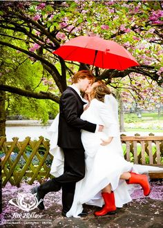Red Rainboots Matching Umbrella Add Wow Factor To Your Wedding Photos Rain