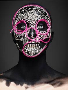 Cette série de photographies est le fruit d'une collaboration entre le photographe britannique Rankin et le rédacteur en chef du magazine Andrew Gallimore. Ces différents visages semblent presque irréels, transformés par le maquillage et les décorations, dans le but de célébrer la fête mexicaine Dia de Los Muertos.