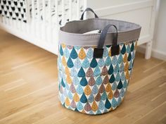 DIY Tutorial: Sew a large storage basket for the nursery over . Coin Couture, Baby Couture, Couture Sewing, Sewing For Kids, Baby Sewing, Large Storage Baskets, Sewing Accessories, Sewing Projects For Beginners, Sewing Hacks