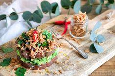 Tonijntartaar met soja, avocado en gebakken uitjes - Little Spoon Salmon Burgers, Food Art, Tapas, Sushi, Avocado, Food And Drink, Appetizers, Ethnic Recipes, Christmas 2019