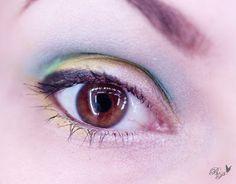 Blau und Gelb Ein farbenfrohes Augen-Make-up, was aber farblich gut harmoniert