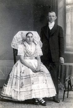 They don't look too thrilled for the big wedding night Vintage Couples, Chic Vintage Brides, Vintage Wedding Photos, Funny Wedding Photos, Vintage Bridal, Wedding Pics, Wedding Couples, Wedding Bride, Vintage Weddings