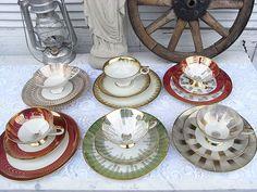 **Granny's 18 tlg. Sammeltassen - Kaffeeservice aus den fifties** 6 ähnliche Sammelgedecke verschiedener Hersteller. Alle weiß / hellcremweiß mit üppigem Golddekor - z.T. rot, pastellgrün und...