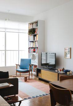 Uma reforma criativa que transformou um apartamento antigo dos anos 50 em um espaço integrado e com cores alegres. Confira essa decoração e inspire-se.