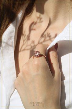 Eine blühende Harmonie: Ring in Blumenform mit Amethyst, welcher von Turmalinen umgeben ist. Die verschiedenen Rosatöne des Roségoldes und der Steine harmonieren wunderbar zusammen und kreieren einen romantisch-verspielten Ring, welcher sofort bezaubert! Ring Rosegold, Spring Blooms, Wedding Rings, Rose Gold, Engagement Rings, Jewelry, Pink, Pink Quartz, Stones