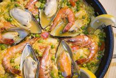 Paella mit Muscheln und Garnelen