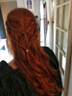 These braids remind me of Sansa Stark HalfUpHair GameofThrones Hair Braids this - braids Celtic Hair, Viking Hair, Elven Hair, Pretty Hairstyles, Braided Hairstyles, Hairstyle Ideas, Elvish Hairstyles, Renaissance Hairstyles, Redhead Hairstyles