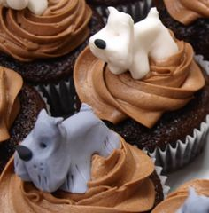 dog decorated cupcakes