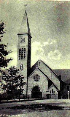 Kerk in De Lutte in de 50-er jaren met nog een hek op het kerkplein