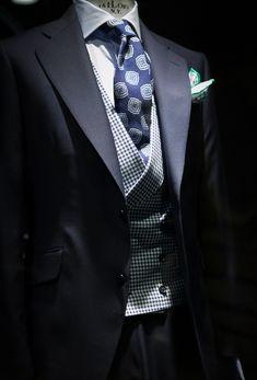 "landerurquijo: ""Blue and white colors always work well together, but that green ps is the touch / Azul y blanco siempre combinan bien pero un toque de color verde con ese pañuelo quedará perfecto """
