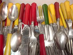 Sort in advance. Put like utensils in the same section of the silverware tray in the dishwasher (knives with knives, small forks with small forks, etc.) so that you can pull them out by group and put them away fast. Vintage Kitchenware, Vintage Kitchen Decor, Vintage Dishes, Vintage Love, Retro Vintage, Old Kitchen, Kitchen Items, Flatware, Silverware Tray