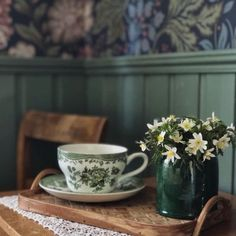 🌟Tante S!fr@ loves this📌🌟Bilden kan innehålla: växt, tabell och inomhus Country Life, Country Living, Interior Exterior, Minimalist Decor, Cheap Home Decor, Cottage Style, Decoration, Tea Time, Tea Cups