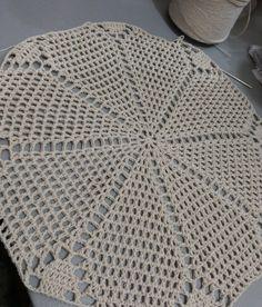 fazer, exatamente como mostra o vídeo, e o meu sai abaloado,desmanchei tudo. Crochet Doily Patterns, Crochet Doilies, Crochet Lace, Mantel Redondo A Crochet, Crochet Tablecloth, Chrochet, Vintage Crochet, Crochet Projects, Blanket