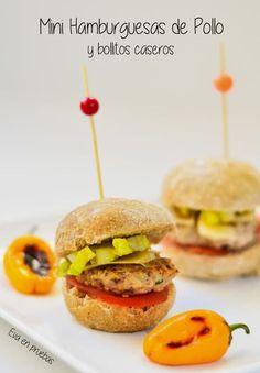 Esta receta está hecha con pancitos caseros, pero si no estás de ánimo para preparar masa y todo ese asunto, puedes comprar los mini-panes y hacer esta divinidad pequeñita que sorprenderá a todo el mundo. De cualquier forma, tanto la recetas de los bollitos, como los pasos para el resto de la hamburguesa, están por aquí. Sandwiches, Muffins, Chicken Sandwich, Mini Foods, Salmon Burgers, Finger Foods, Bread Recipes, Hamburger, Catering